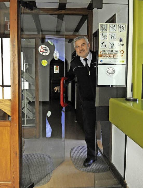 Postenführer Hansjörg Frey und Kollege...n sehr genau, wem sie Einlass gewähren  | Foto: Markus Zimmermann