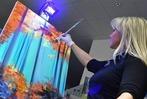 Fotos: Action-Painting von Elena Politowa in der BZ-Geschäftsstelle