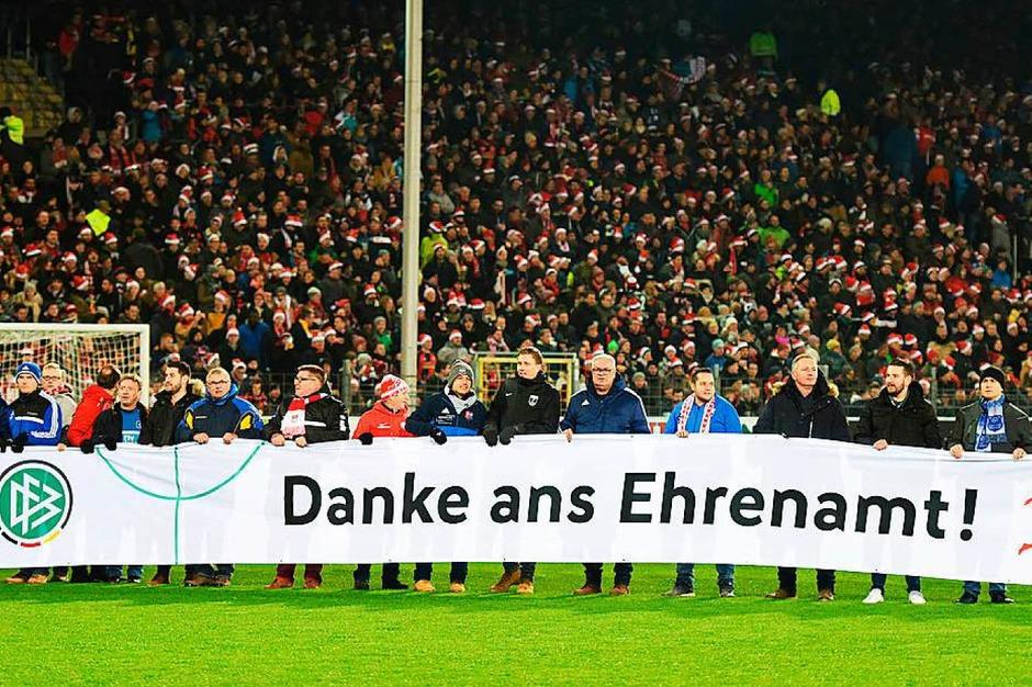 Vor der Partie bedankte sich der DFB und die DFL mit einem Banner bei den ehrenamtlichen Helfern. (Foto: dpa)