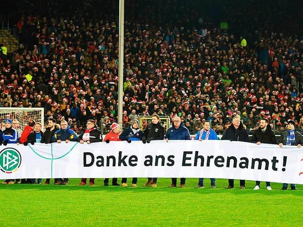 Vor der Partie bedankte sich der DFB und die DFL mit einem Banner bei den ehrenamtlichen Helfern.
