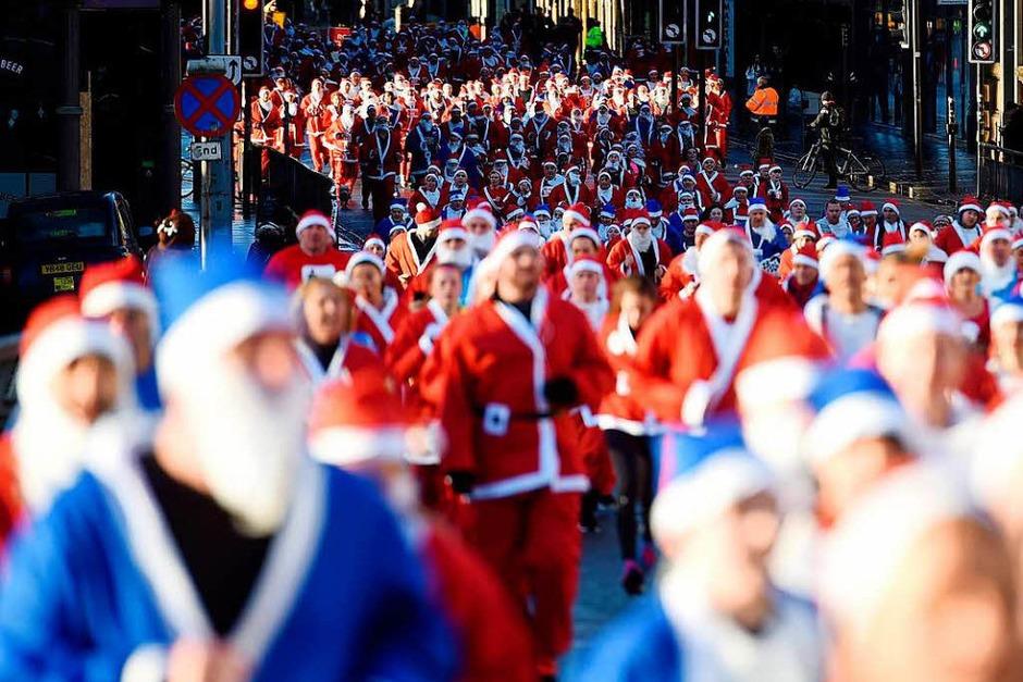Weihnachtsmann-Wettrennen in Liverpool (Foto: AFP)