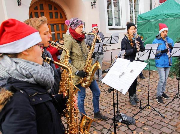 Weihnachtsmarkt in Kenzingen: Eine Abordnung der Jungmusiker der Stadtkapelle Kenzingen umrahmte unter Leitung von Vizedirigent Andreas Vetter die Eröffnung.