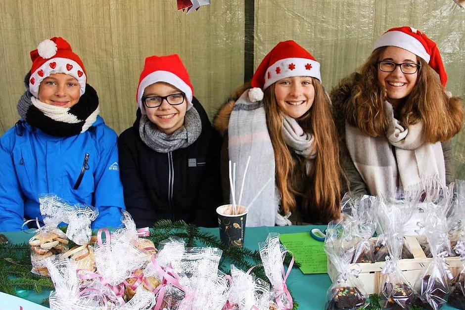 Glühweinduft, Tannenzweige, eine Eisenbahn und jede Menge Weihnachtsmänner erwarteten die Besucher am Samstag beim Christkindlemarkt. (Foto: Hans Jürgen Kugler)