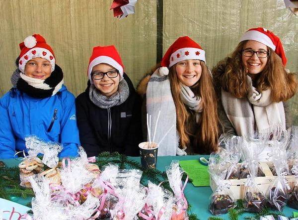 Glühweinduft, Tannenzweige, eine Eisenbahn und jede Menge Weihnachtsmänner erwarteten die Besucher am Samstag beim Christkindlemarkt.