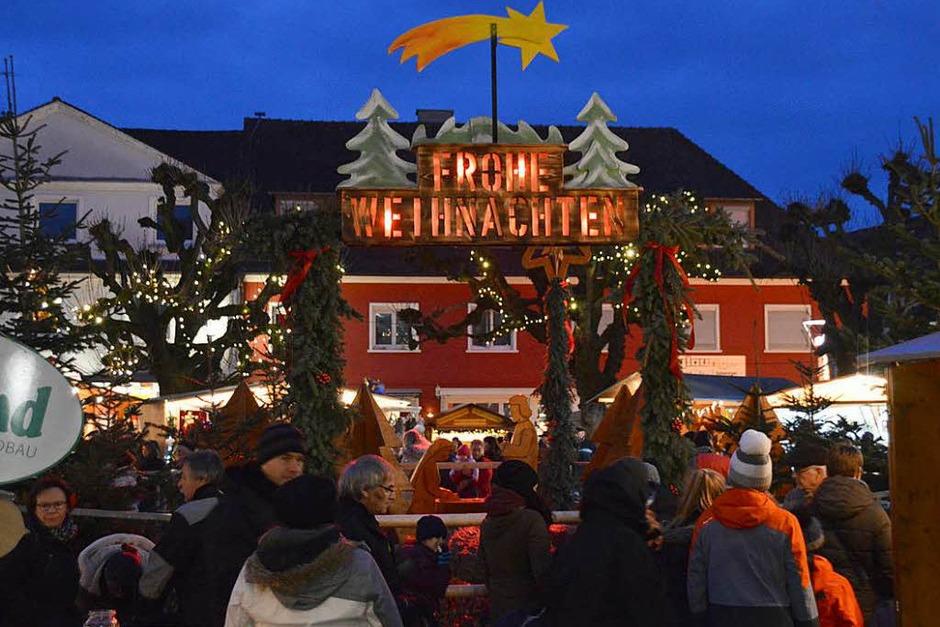 """""""Klein aber fein"""" war das Motto des Rheinfelden Weihnachtsmarkts 2017, der sein Zentrum rund um eine Krippe mit Holzfiguren im Kastanienpark hatte. (Foto: Horatio Gollin)"""