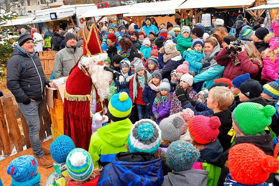 Geballte Kreativität, Weihnachtsstimmung und Musik, passend zur Jahreszeit, das konnten die vielen Besucher beim Weihnachtsmarkt in Holzschlag genießen. (Foto: Wolfgang Scheu)