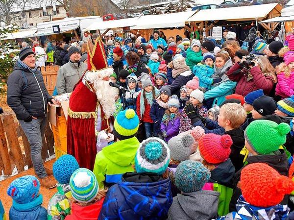 Geballte Kreativität, Weihnachtsstimmung und Musik, passend zur Jahreszeit, das konnten die vielen Besucher beim Weihnachtsmarkt in Holzschlag genießen.