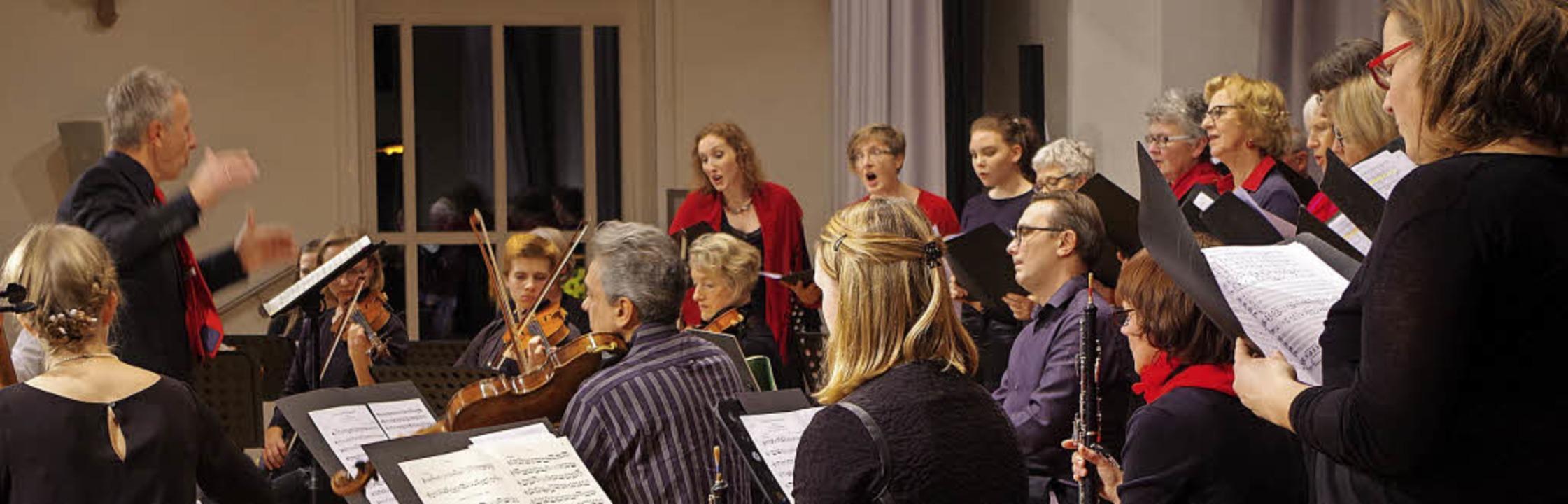 """Strahlendes Finale: Chorwerkstatt und ...#8222;Uns ist ein Kind geboren"""".    Foto: Bächle"""