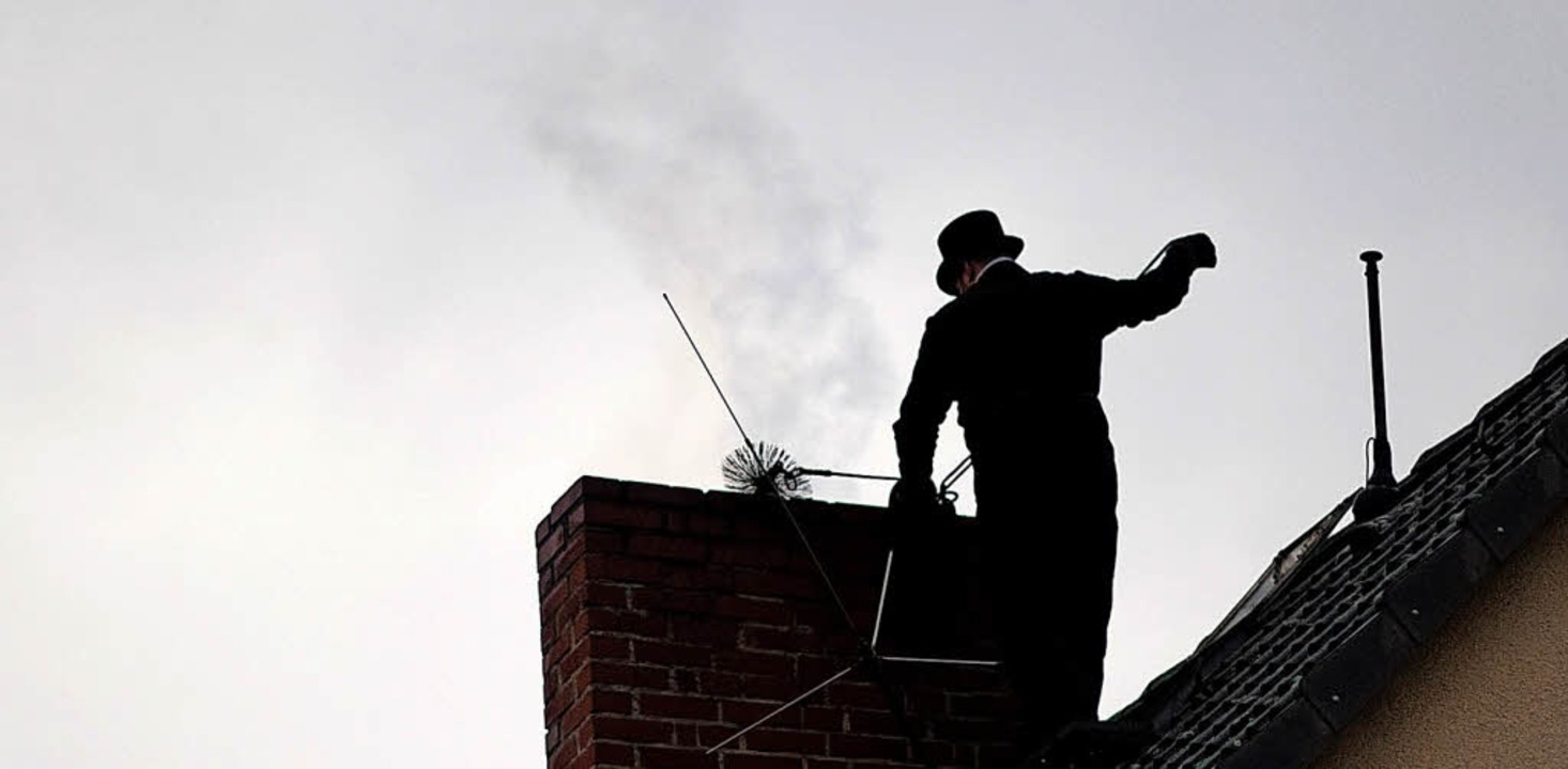 Der Kaminfeger kümmert sich um die War...alten Schornstein oft umrüsten lassen.  | Foto: k.-D. Gabbert/Dpa