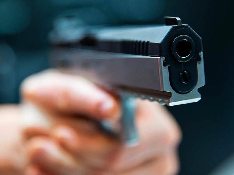 Mit der Pistole bedroht wurde ein Tramfahrer am frühen Samstagmorgen   | Foto: Symbolbild: Daniel Karmann/DPA
