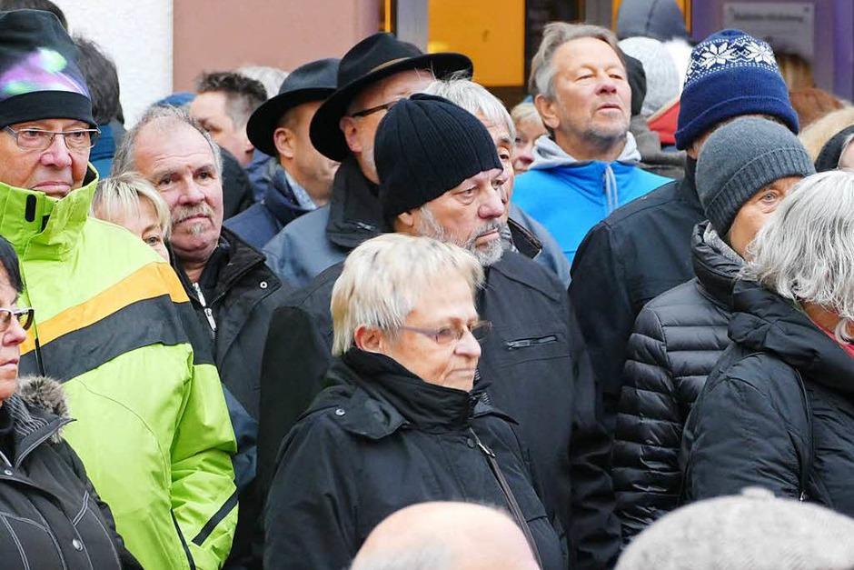 """Zahlreich strömten die Besucher am Wochenende zum Benefiz-Konzert der Knaschtbrüeder in die Feldbergstraße. Jeannot und Christian Weißenberger spielten für die BZ-Aktion """"Hilfe zum Helfen"""". (Foto: Robert Bergmann)"""