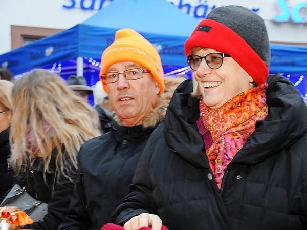 """Zahlreich strömten die Besucher am Wochenende zum Benefiz-Konzert der Knaschtbrüeder in die Feldbergstraße. Jeannot und Christian Weißenberger spielten für die BZ-Aktion """"Hilfe zum Helfen""""."""