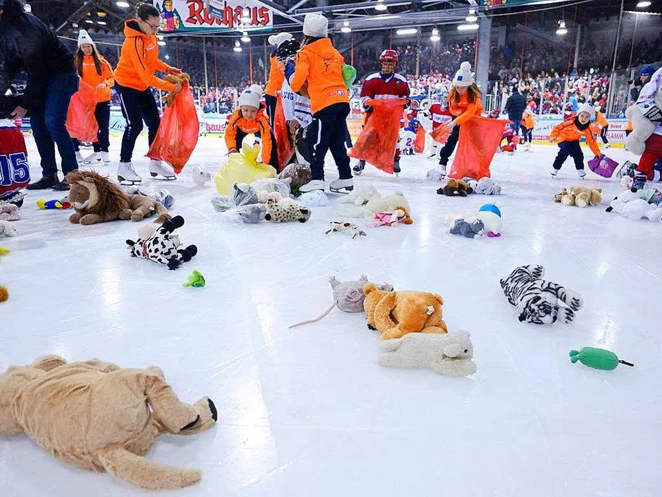 Kuscheltiere auf kaltem Eis: 2793 Tedd...eddy Bear Toss 2016 beim EHC Freiburg.    Foto: Miroslav Dakov
