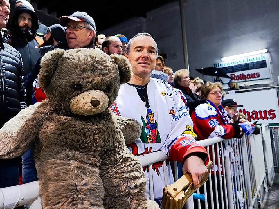 Auch für die Fans ist der Teddy Bear Toss jedes Jahr ein Highlight.    Foto: Miroslav Dakov