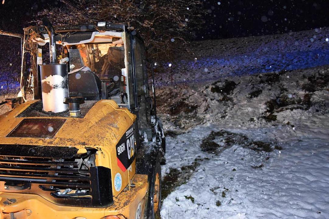 Spuren im Schnee und im Erdreich zeuge...weren Unfall des Radladers in Kappel.   | Foto: Kamera24