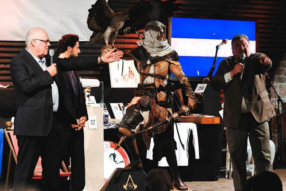 Gruppenbild mit Bayek: die Figur brachte 2600 Euro ein. (Foto: Miroslav Dakov)