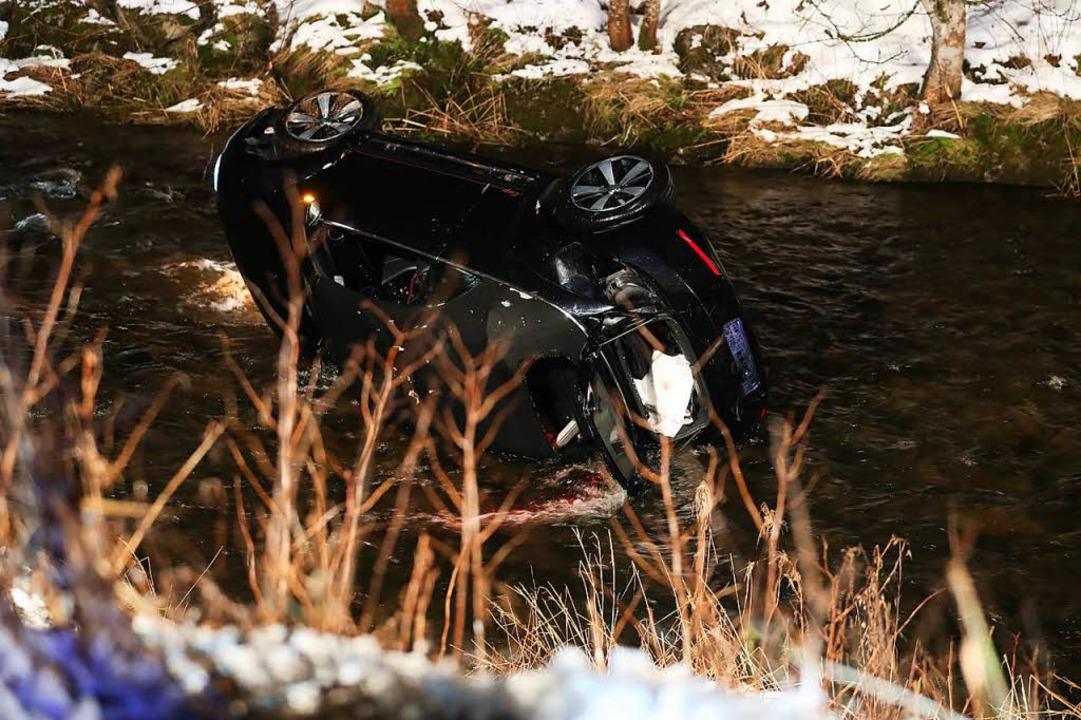 Der Unfallwagen lag seitlich in der Br...mussten aus dem Wrack gerettet werden.  | Foto: kamra24.tv