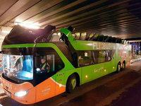 Brücke reißt in Berlin Dach von Flixbus-Doppeldecker ab