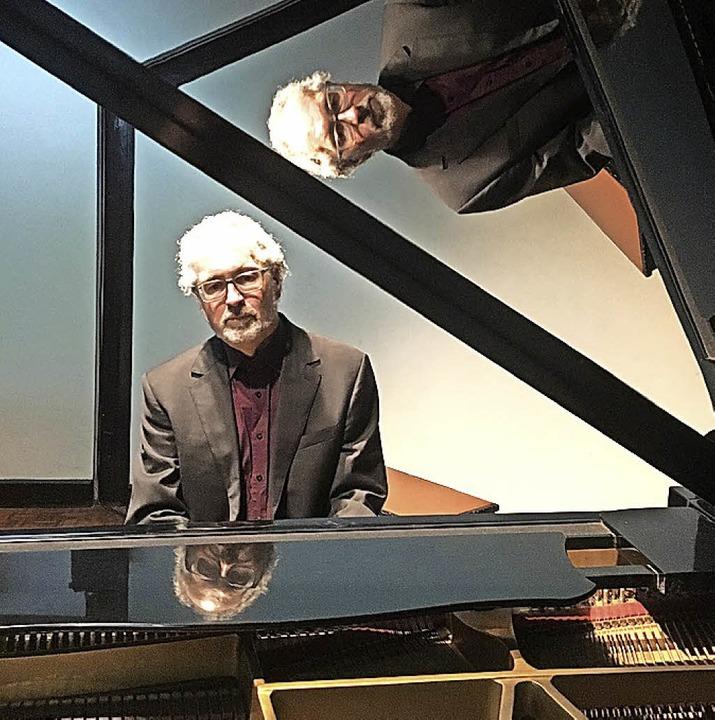William Cuthbertson am Klavier in Thai...Spiegelungen gleich dreimal zu sehen.   | Foto: privat