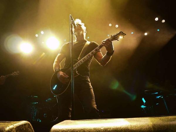 Morgan greift bei einigen Songs auch zur Gitarre.