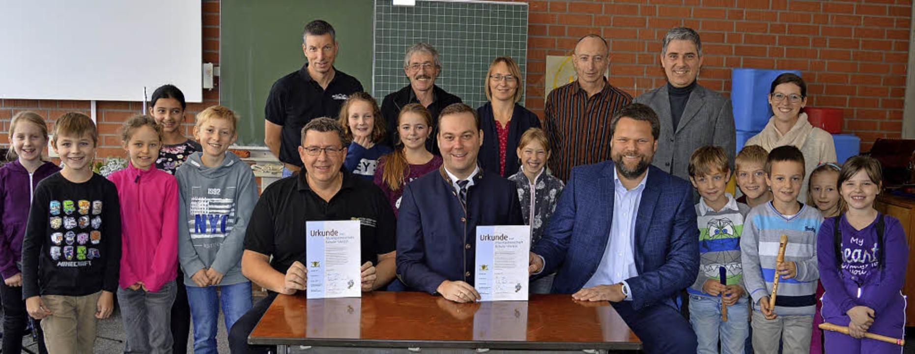 Bei Überreichung der Urkunde am Montag...ner und rechts Rektor Bernd Mugrauer.   | Foto: Sandhya Hasswani