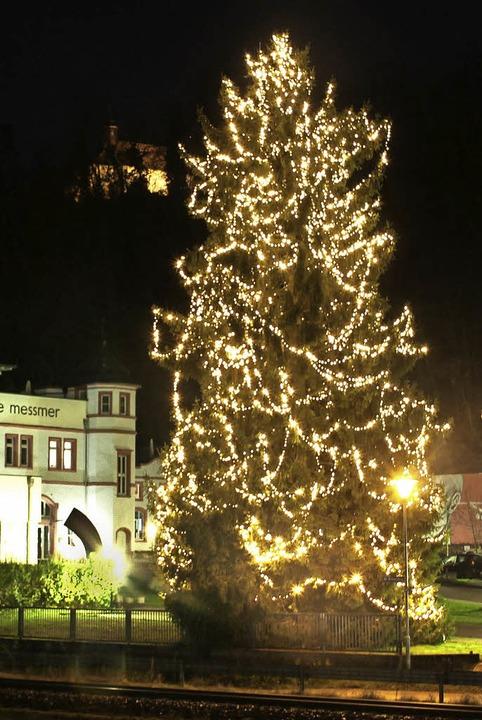 Weihnachtsbaum an der ehemaligen Riegeler Brauerei  | Foto: Hans-Peter Ziesmer