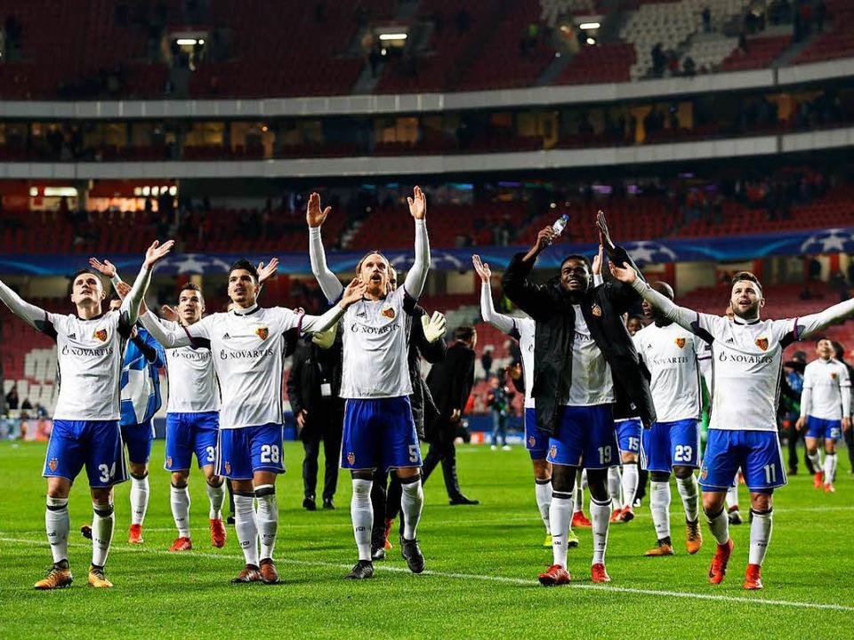 Die Basler Spieler jubeln nach ihrem Sieg in Lissabon.  | Foto: dpa
