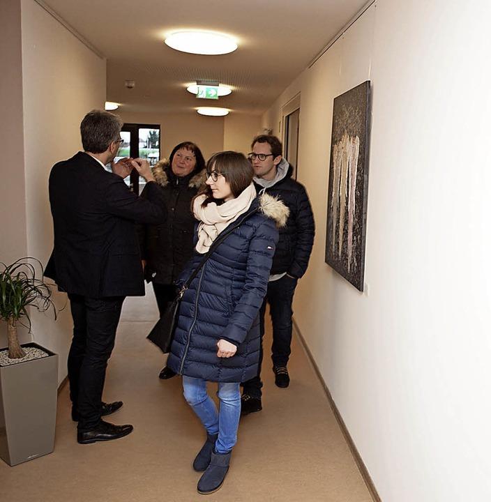 Tag der offenen Tür im sozialpsychiatr...en Beißinger erklärt die Einrichtung.   | Foto: M. Haberer
