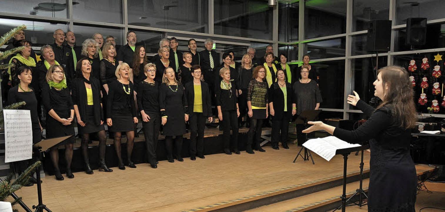 Der Ihringer Pop- und Jazzchor Interme...ikum in der Aula der Neunlindenschule.  | Foto: Kai Kricheldorff