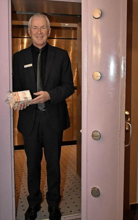 Bankdirektor Valentin Hettich weiß nic...eßfächern seines Geldinstituts liegt.   | Foto: Andrea Steinhart