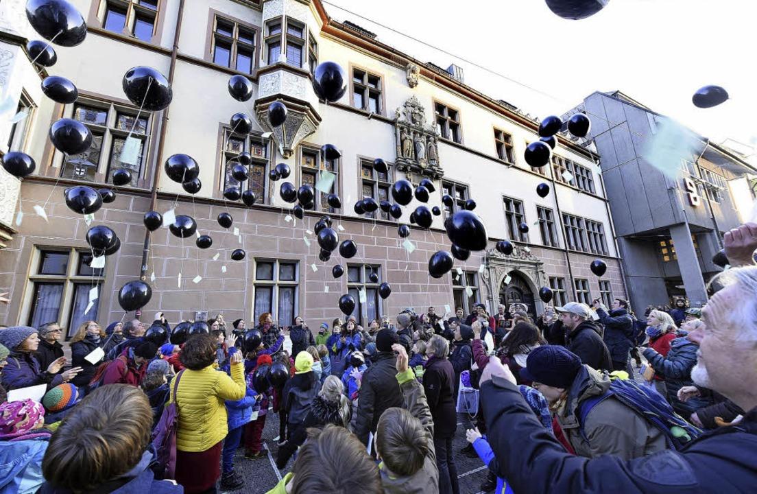 Dicke Luft: 150 schwarze Ballons vor d...heit der Paul-Hindemith-Schule zeigen.  | Foto: Thomas Kunz