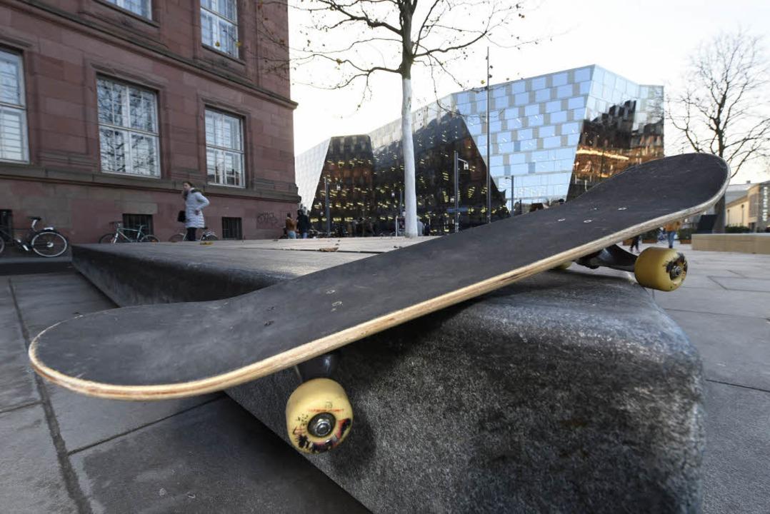 Beim  Grinden wird mit dem Board über Kanten geglitten.  | Foto: Thomas Kunz