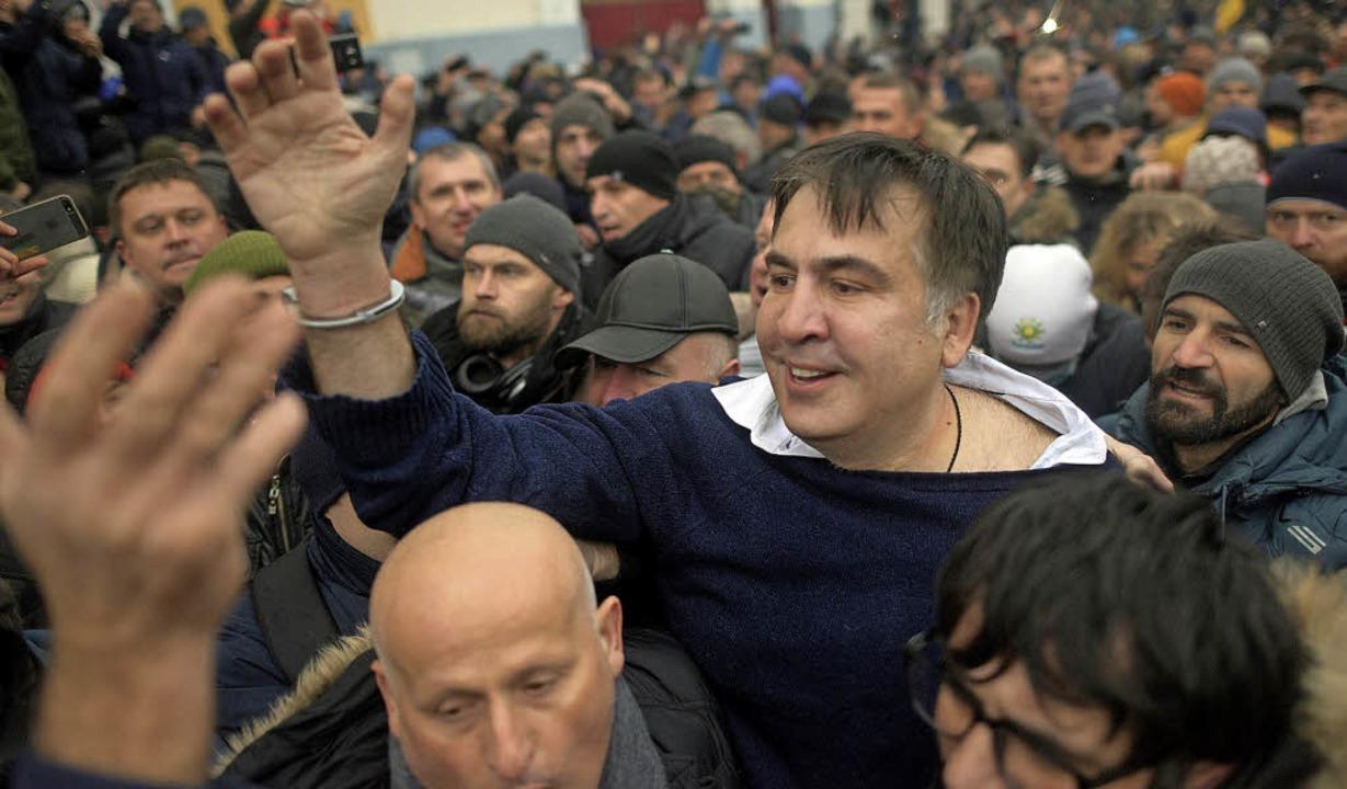 Gruß mit Handschellen: Michail Saakasc...iner Befreiung durch Anhänger in Kiew   | Foto: dpa