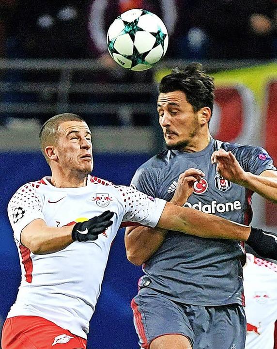 Augen zu: Besiktas-Spieler Mustafa Pek...mit dem Leipziger Akteur  Diego Demme   | Foto: AFP