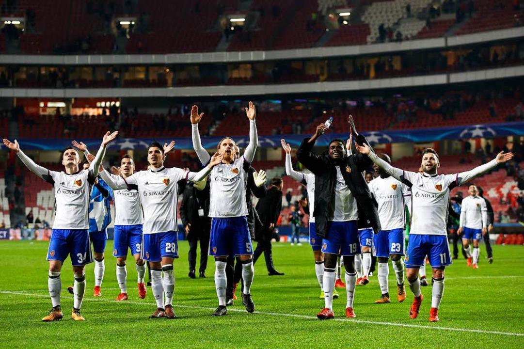 Der FC Basel jubelt nach dem Einzug ins Achtelfinale.  | Foto: dpa