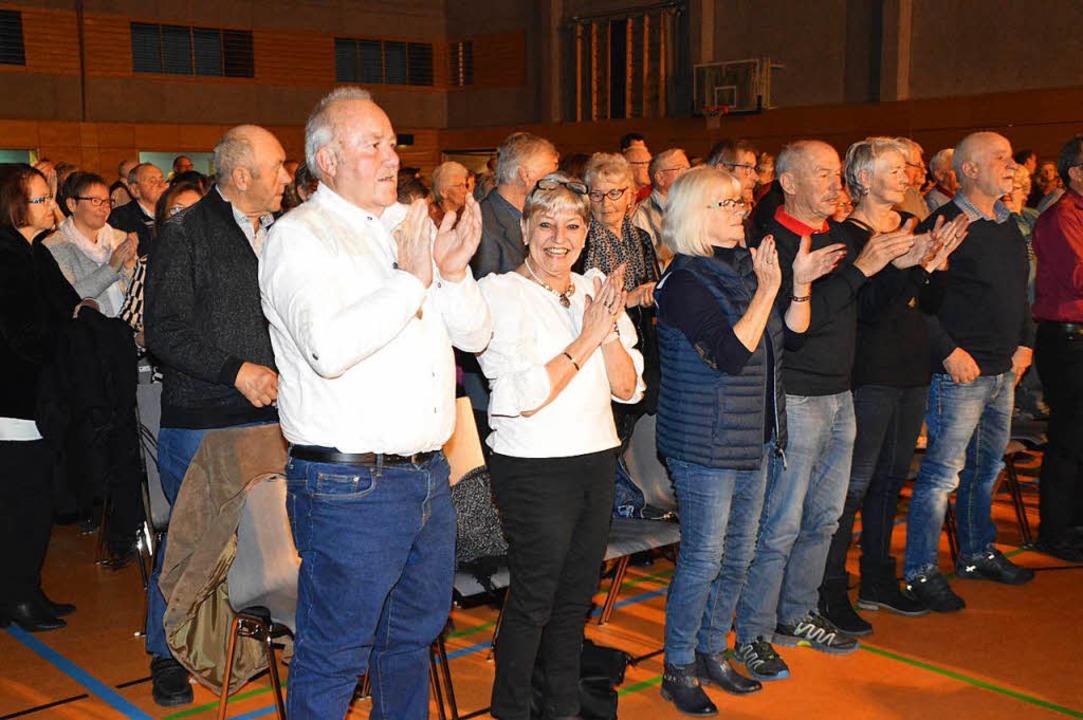 Stehende Ovationen: Das Publikum erwies sich als treue Fangemeinde.  | Foto: Edgar Steinfelder