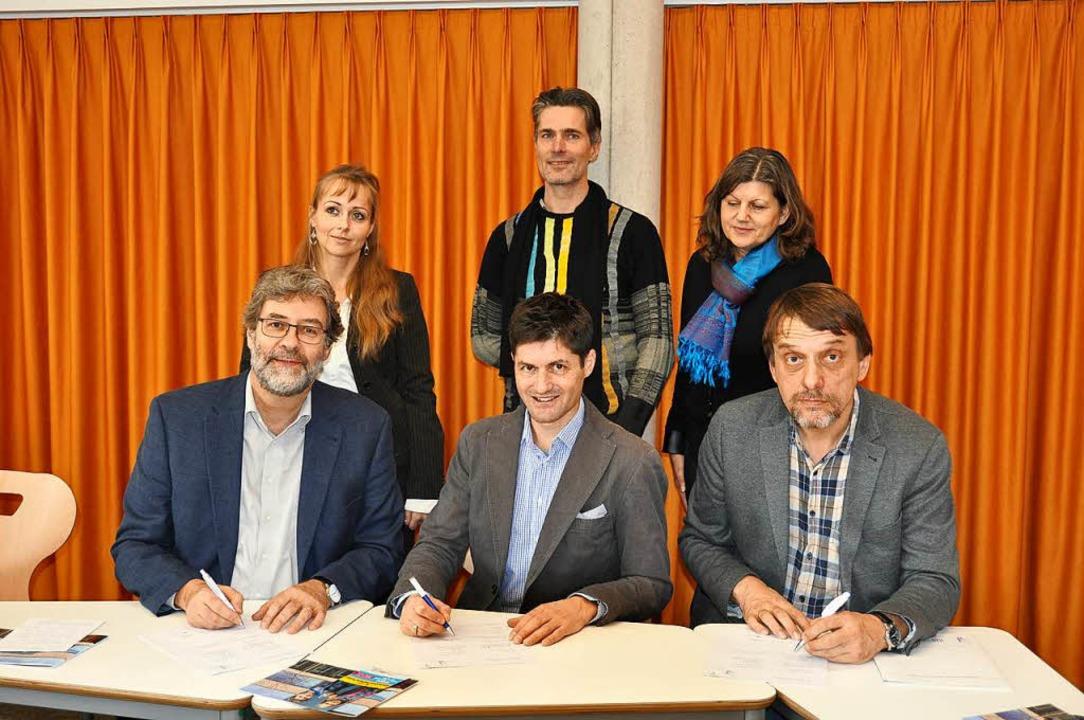 Einen Kooperationsvertrag mit der Päda...reuen sich auf das gemeinsame Projekt.    Foto: Kai Kricheldorff