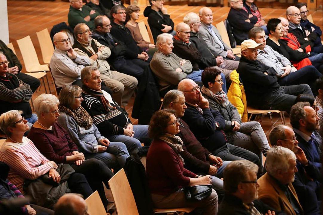 Für über 90 Zuhörer war gestuhlt, mehr als 60 Bürger kamen zur Versammlung.    Foto: Christoph Breithaupt