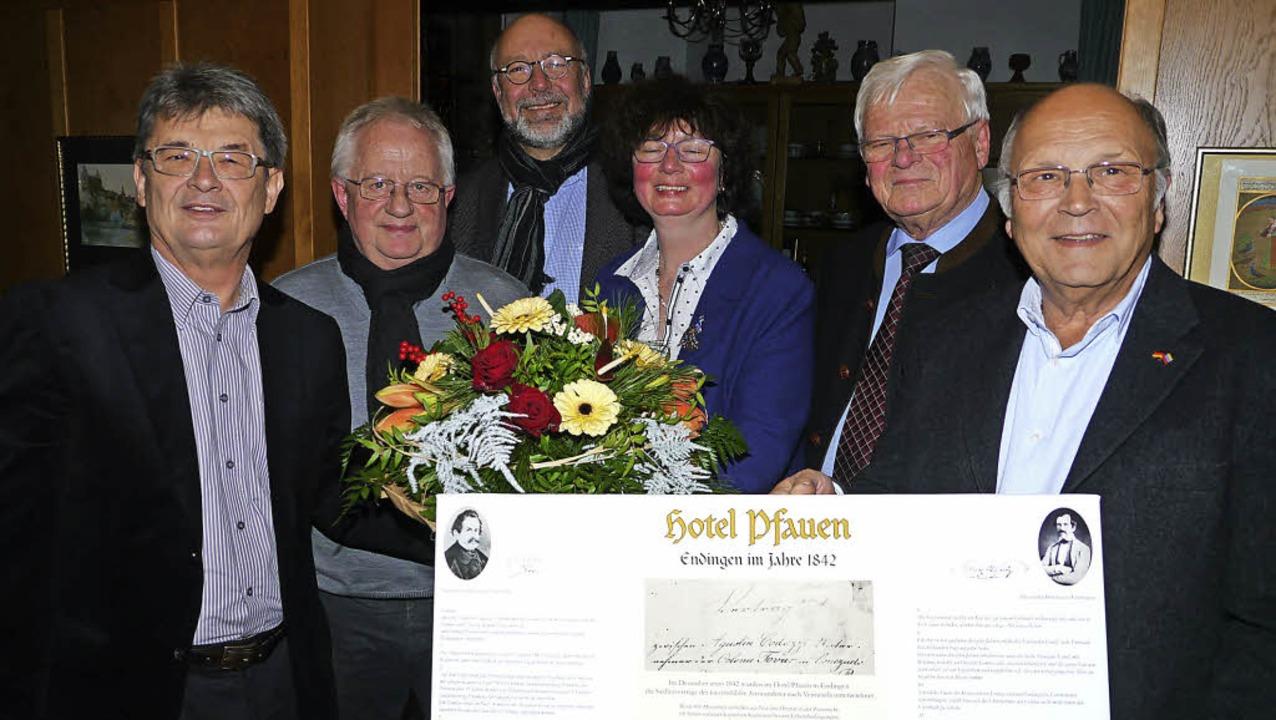 """Was im Endinger Hotel """"Pfauen&#8...ttwoch an Isolde Neymeyer überreichte.    Foto: Christel Hülter-Hassler"""