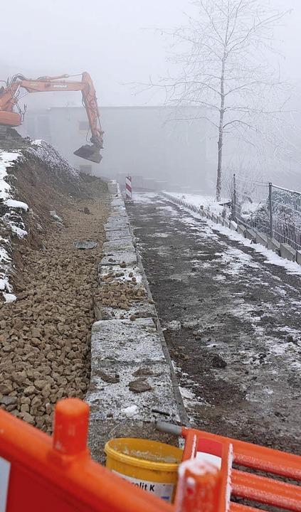 Der Verbindungsweg von der Grundschule...dstraße soll bis Montag begehbar sein.  | Foto: Juliane Kühnemund