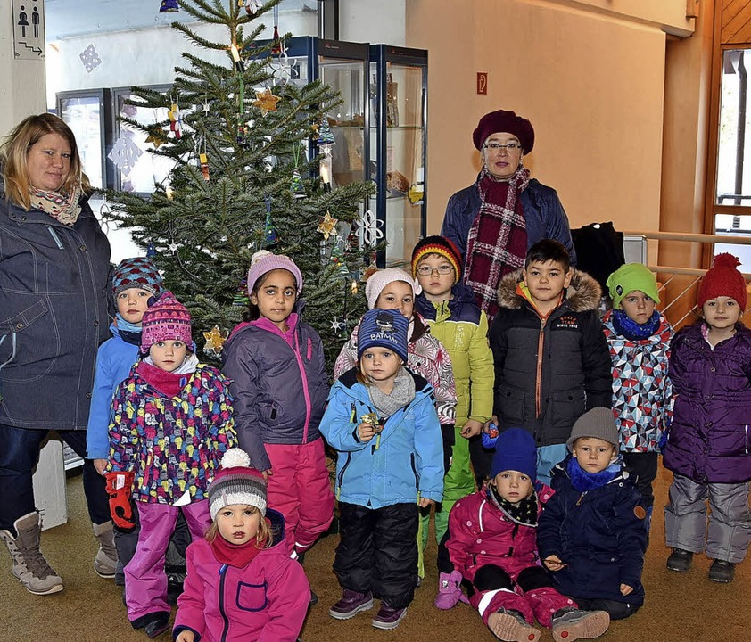 Die Erzieherinnen der Kindertagesstätt...htsbaum im Foyer des Haus des Gastes.   | Foto: Stefan Pichler