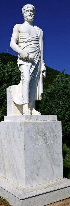 In voller Pracht: Aristoteles-Statue  im Berg-Stagira     Foto: Brünjes