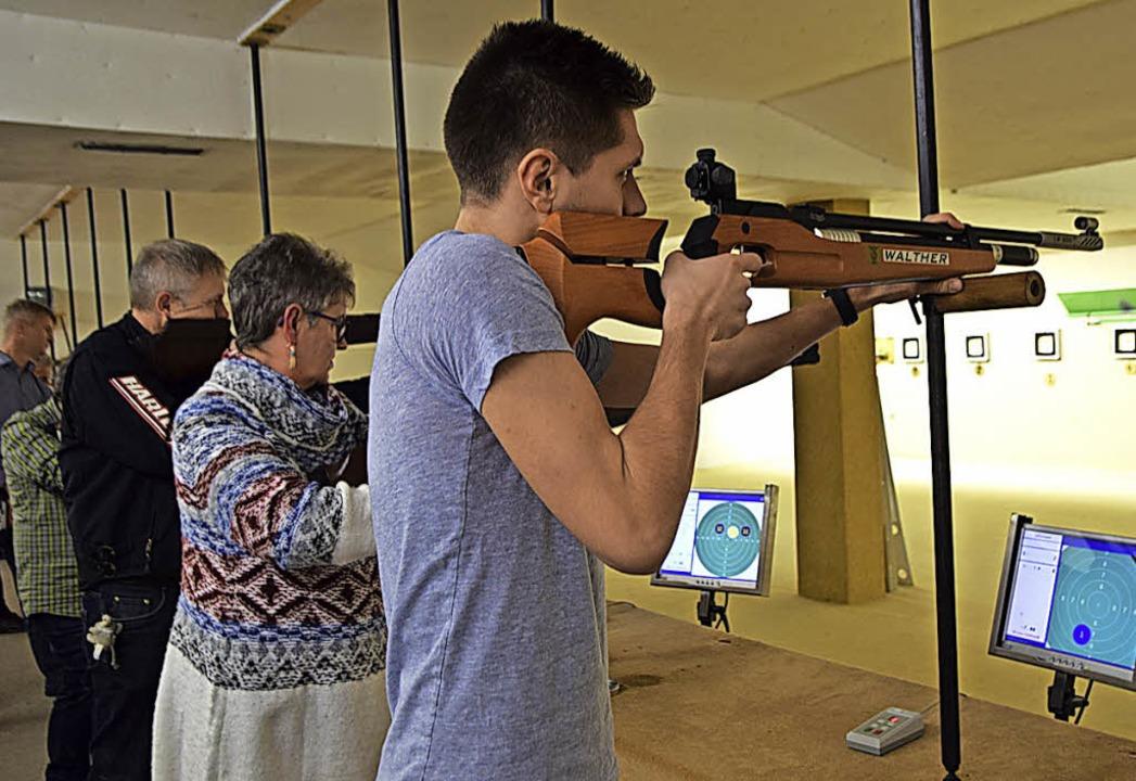 Wenn die Wertung läuft, steigt der Pul...bewerbsteilnehmer am Luftgewehrstand.   | Foto: beatrice ehrlich