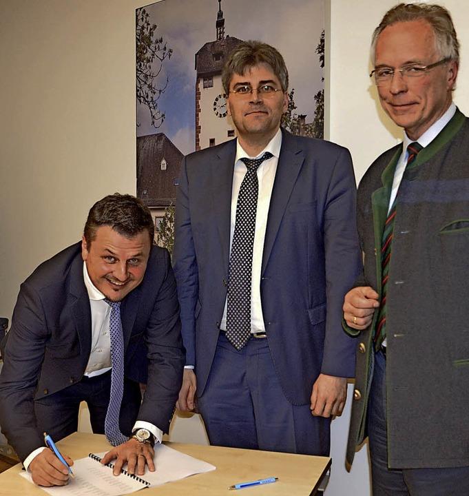 Bürgermeister Adrian Schmidle (von lin...ng der Waldgenossenschaft mitgewirkt.     Foto: Glaser
