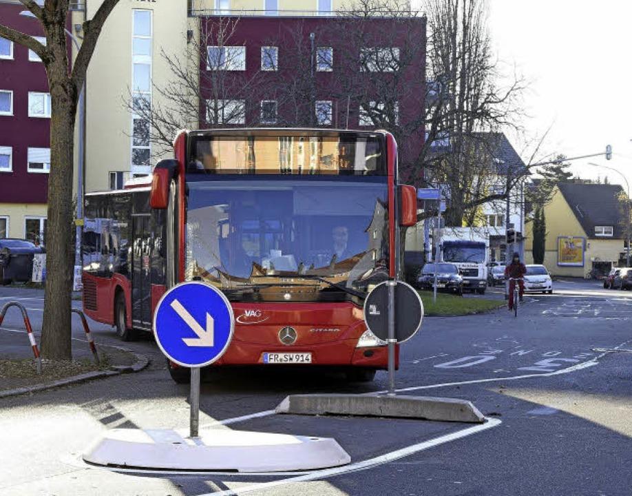 Die neue Verkehrsinsel in der Markgraf...r Staufener Straße kommen, Präzision.   | Foto: Thomas Kunz
