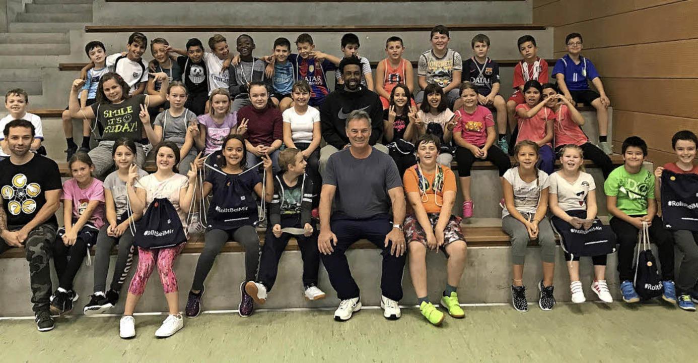 Den Schülern macht die sportliche Koop...s CVJM  mit der Stadt sichtlich Spaß.   | Foto: CVJM