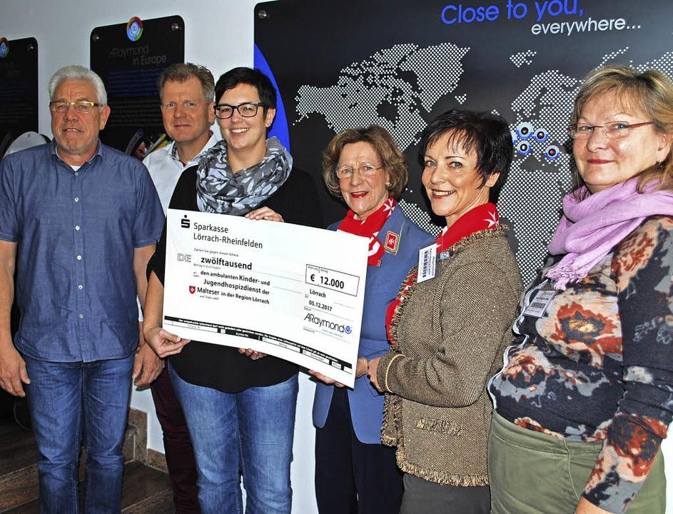 Michael Baur, Jürgen Trefzer, Ramona H...t (von links) bei der Spendenübergabe   | Foto: Thomas Loisl Mink