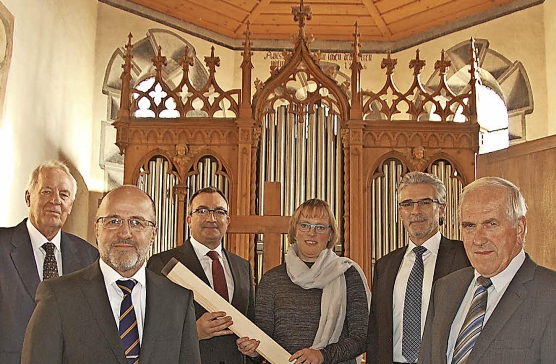 Jochen Buck (Ältester), Peter Blubache...on links) vor der restaurierten Orgel   | Foto: Frey