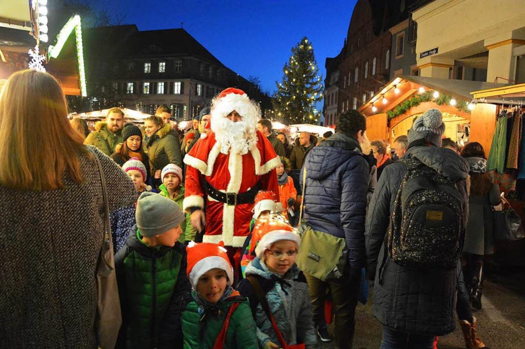 Der Weihnachtsmann geht mit den Kindern über den Weihnachtsmarkt.  | Foto: Barbara Ruda