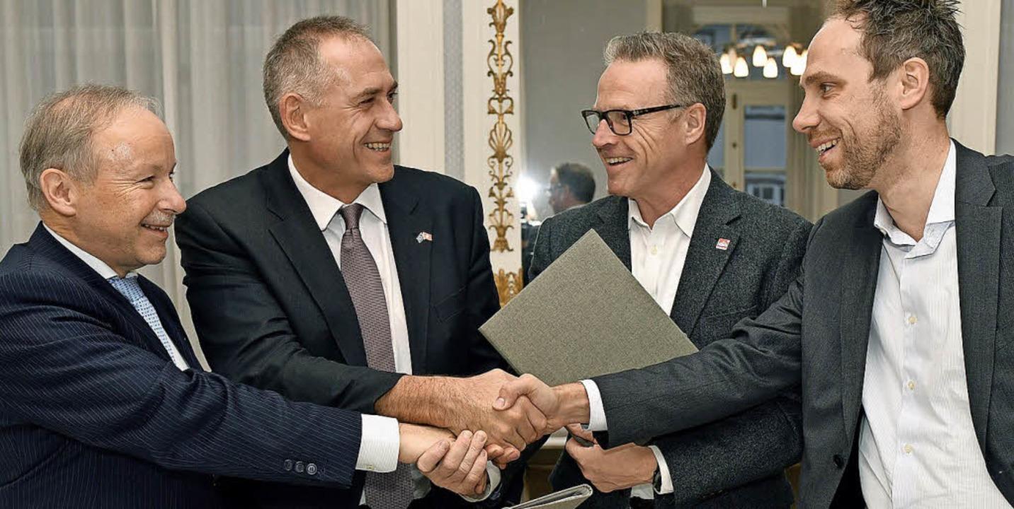 Hans-Peter Hadorn, Hans-Peter Wessels,...y (von links) reichen sich die Hände.   | Foto: Walter Bieri